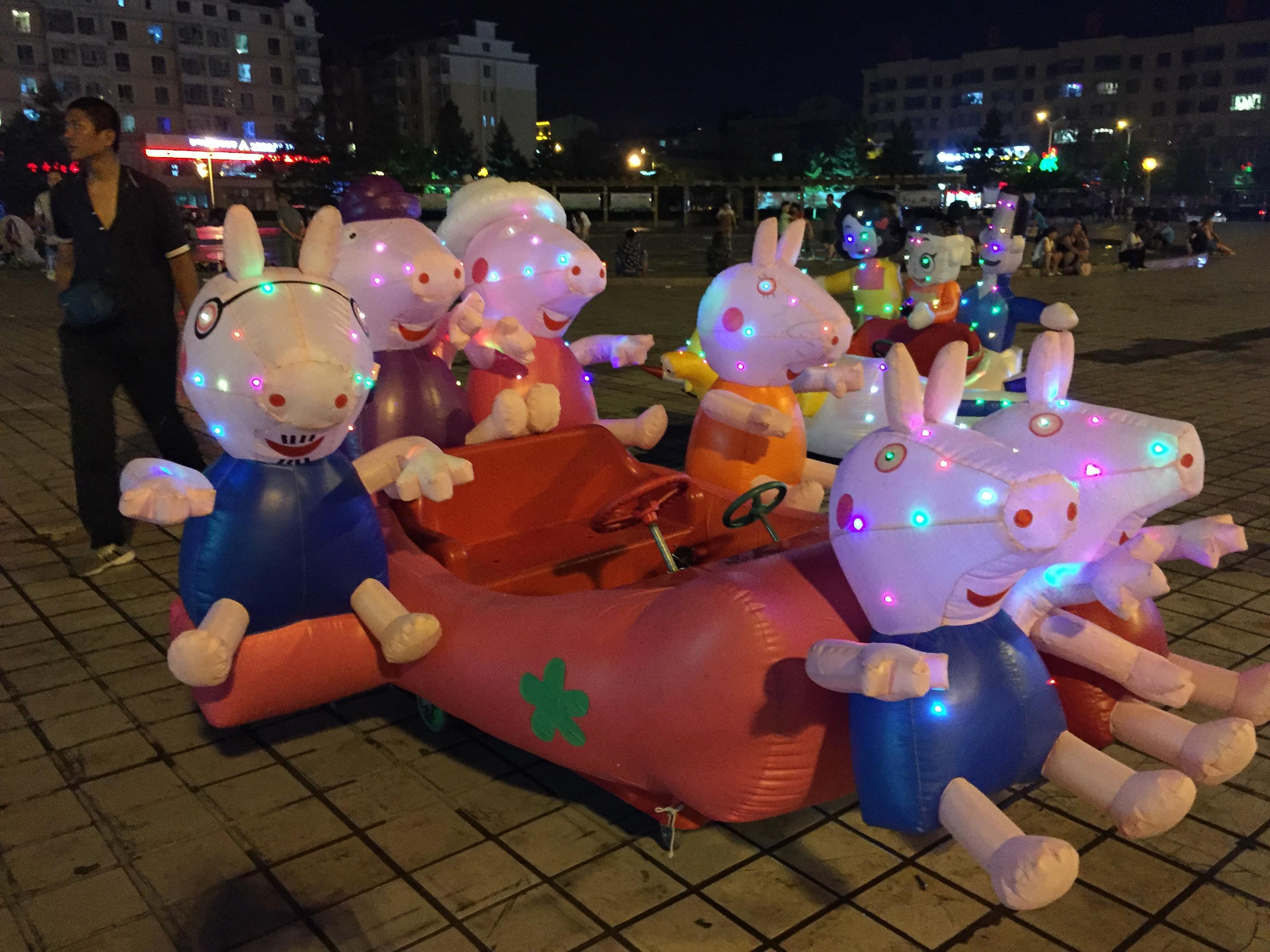 На такой забавной машинке можно покатать детей (Хуньчунь, Китай)