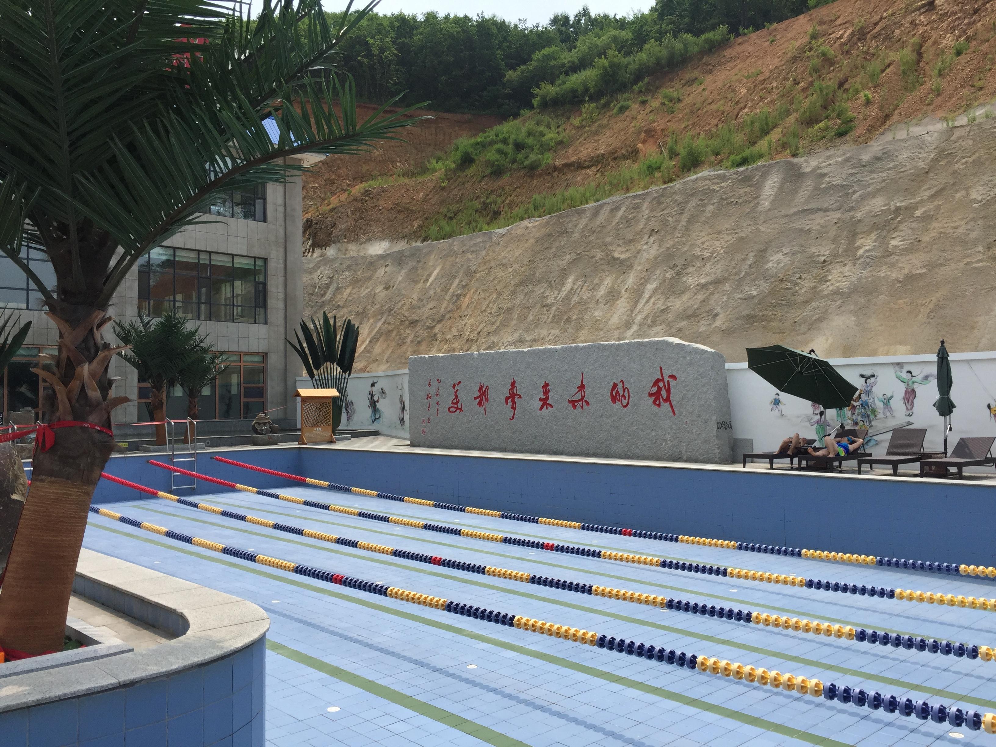 Один из бассейнов, лежаки