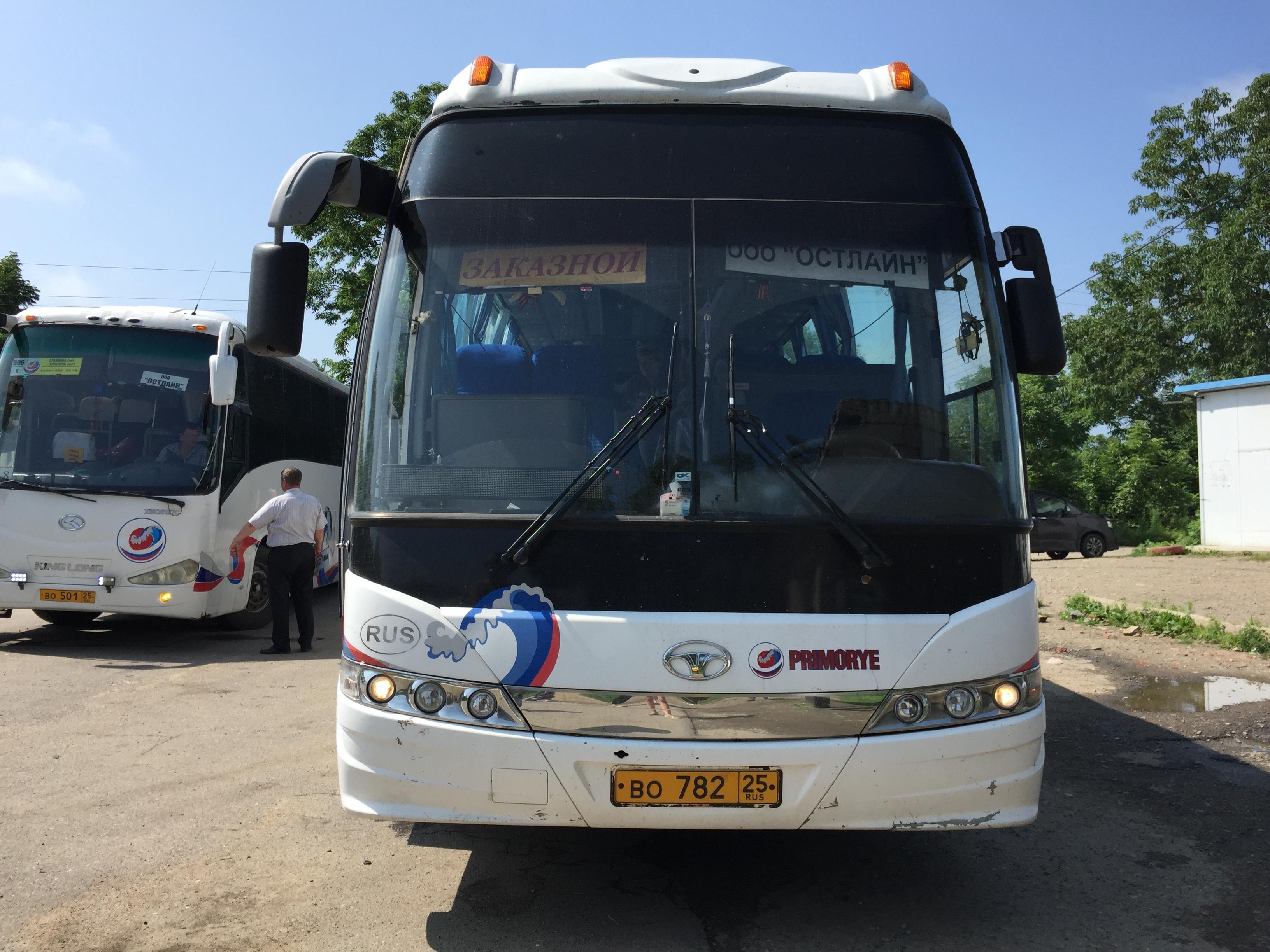 Автобус, на котором туристов отправляют в Китай